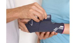 Die Orthese kann das Daumensattelgelenk entlasten und der Rhizarthrose vorbeugen. Die Orthese kann auch als Daumenschiene bei Schwerarbeitern eingesetzt werden, um die Beweglichkeit und Belastung des Daumensattelgelenks einzuschränken. © sunnychicka / Fotolia