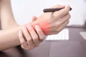 Monotone und immer wiederkehrende Bewegungen (z. B. im Büroalltag) begünstigen Schmerzen im Handgelenk. © Fotolia