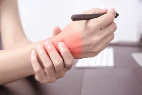 Monotone und immer wiederkehrende Bewegungen (z. B. bei der Arbeit oder im Büroalltag) begünstigen Schmerzen im Handgelenk. © Fotolia