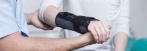 Vielen Patienten mit Handgelenksarthrose hilft eine Orthese, um alltägliche Bewegungen schonend auszuführen. © Fotolia