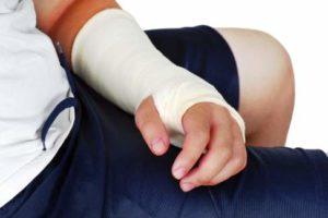 Die Ruhigstellung im Unterarmgips gewährleistet die Einheilung der versteiften Knochen. © Fotolia