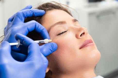 Durch eine Botox-Behandlung lassen sich vor allem Mimik-Falten sanft glätten.