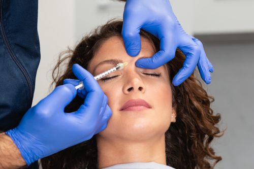 Junge Frau erhält eine Botox Faltenbehandlung