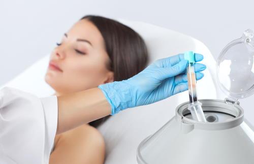 Ein Röhrchen mit Blutplasma wird aus der Zentrifuge entnommen.