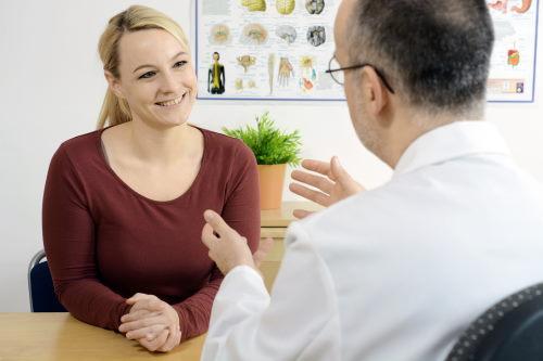 Arzt mit Patientin im Gespräch.