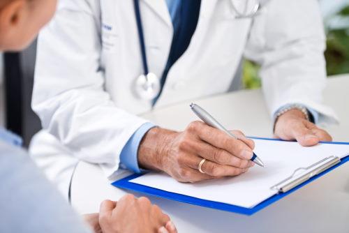 Arzt und Patient im Gespräch.